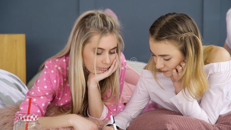 Companheiros adolescentes de uma comunicação dos amigos do passatempo foto de stock royalty free