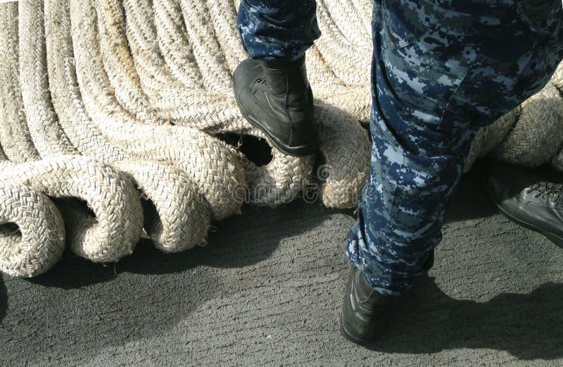 Companheiros de bordo da marinha com a corda da âncora foto de stock royalty free