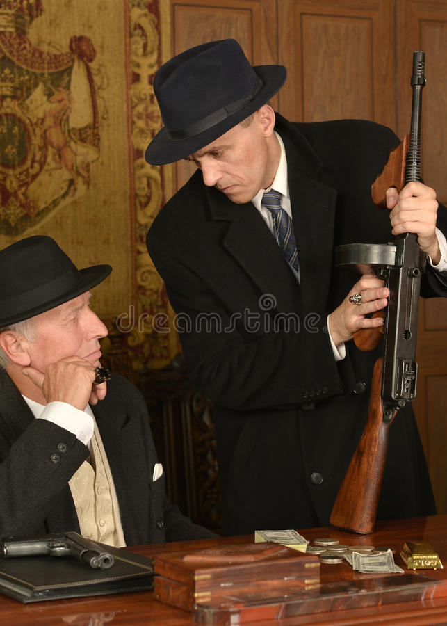 Companheiros dos gângsteres na tabela foto de stock royalty free