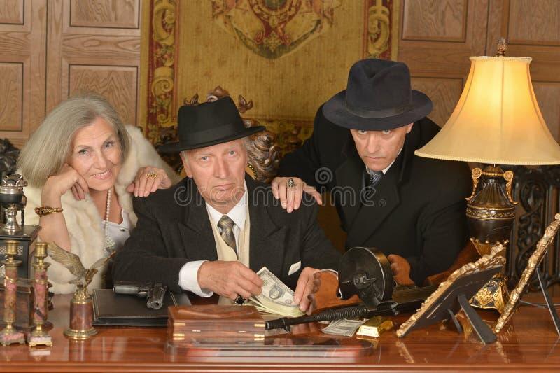 Companheiros dos gângsteres na tabela imagem de stock