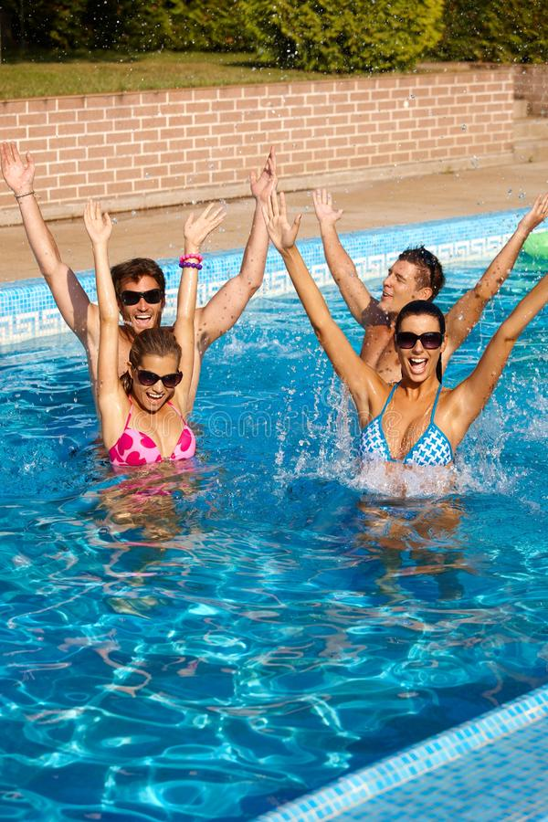 Companhia feliz que tem o divertimento do verão foto de stock