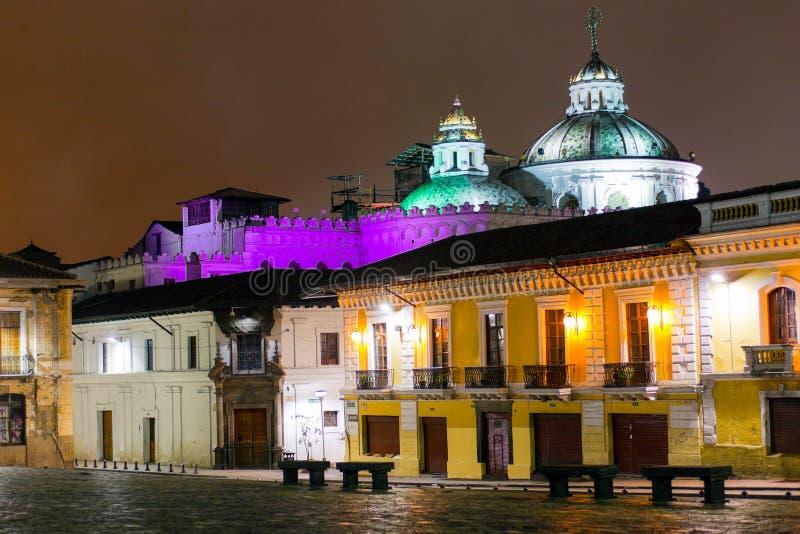 Compania kyrka vid natt i Quito arkivbild
