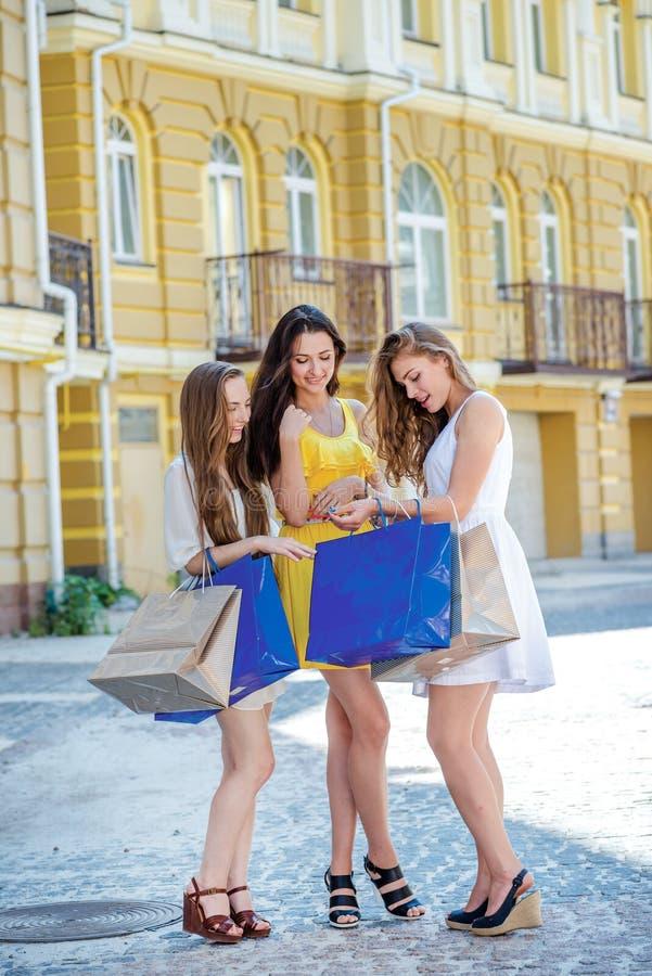 companionship Ragazze che tengono i sacchetti della spesa e passeggiata ai negozi fotografia stock libera da diritti