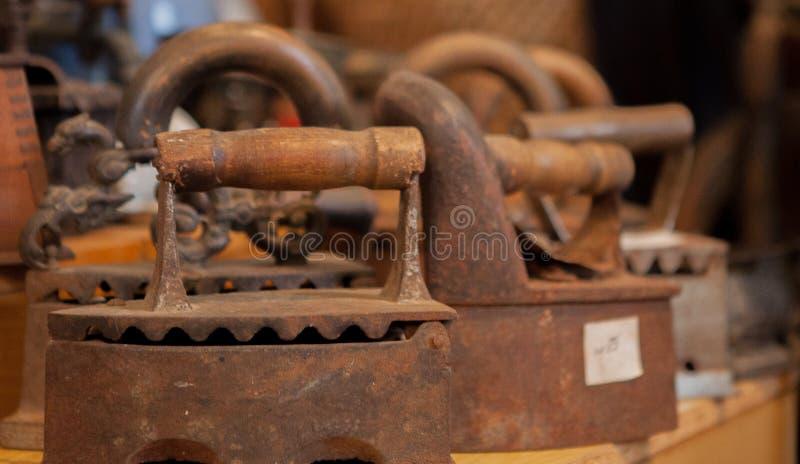Comparação do ferro de carvão e do ferro bonde do ferro, ferros antigos fotos de stock