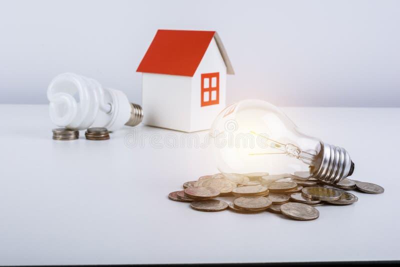 Comparación de ahorros de la energía entre la lámpara y el inca ahorros de energía fotos de archivo libres de regalías