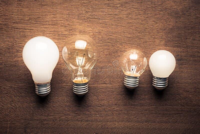 Comparación de dos bombillas de los pares imagenes de archivo