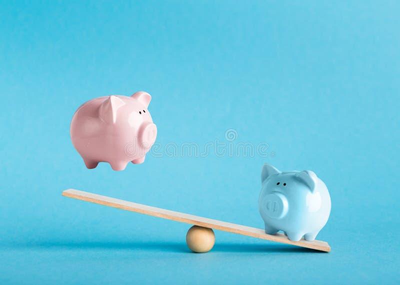 Comparación de dos variantes de invertir el dinero con las huchas foto de archivo libre de regalías