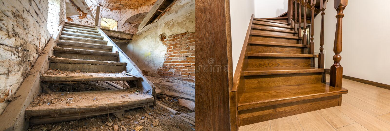 Comparación de la escalera de madera marrón moderna del roble con la verja tallada en nuevas escaleras interiores y viejas renova imagenes de archivo