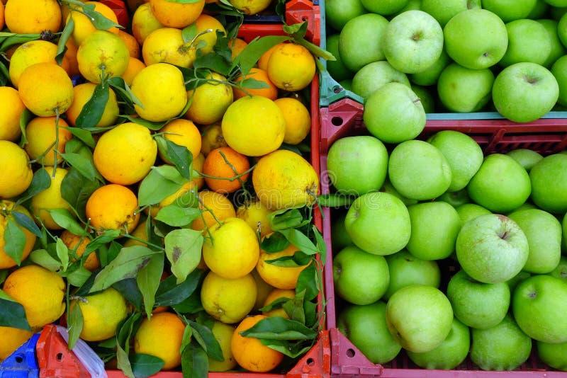 Comparación de las manzanas y de las naranjas fotos de archivo libres de regalías