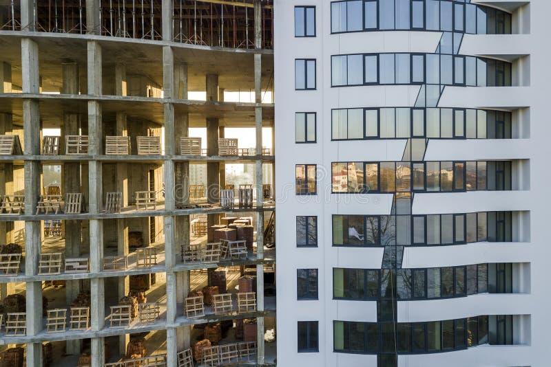 Comparación del primer del apartamento moderno famoso multi alto o del edificio de oficinas con las ventanas brillantes y del edi fotos de archivo