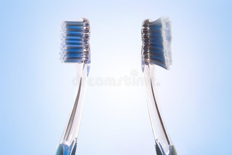 Comparación entre el cepillo de dientes nuevo y usado al revés fotos de archivo