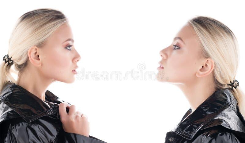 Comparación y envidia Retrato de dos mujer-gemelos jovenes que miran uno a Cabo negro brillante imagenes de archivo