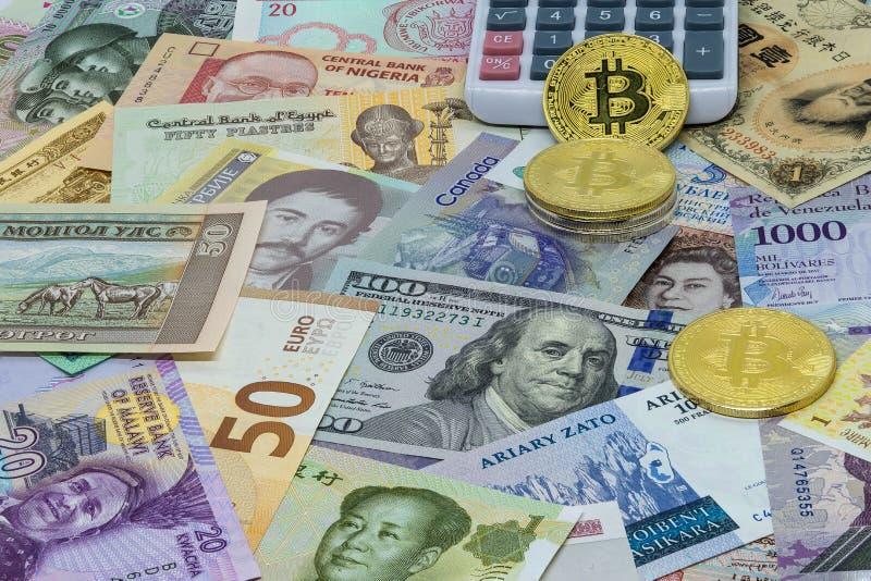 Comparaisons étrangères et numériques et calculs Bitcoin de devise images stock