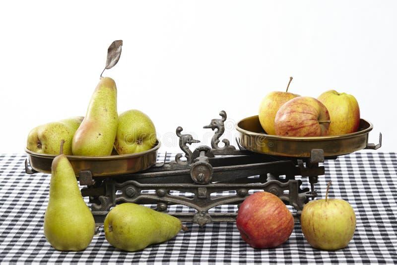 Compare maçãs às peras imagens de stock