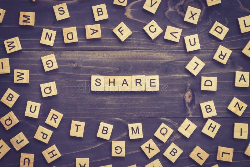 Comparta el bloque de madera de la palabra en la tabla para el concepto del negocio imagen de archivo libre de regalías