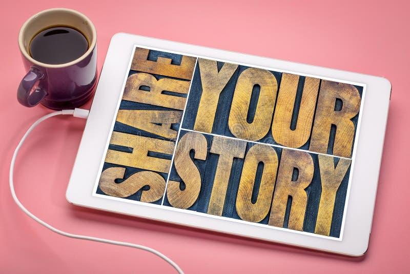 Comparta su extracto de la palabra de la historia en la tableta imágenes de archivo libres de regalías