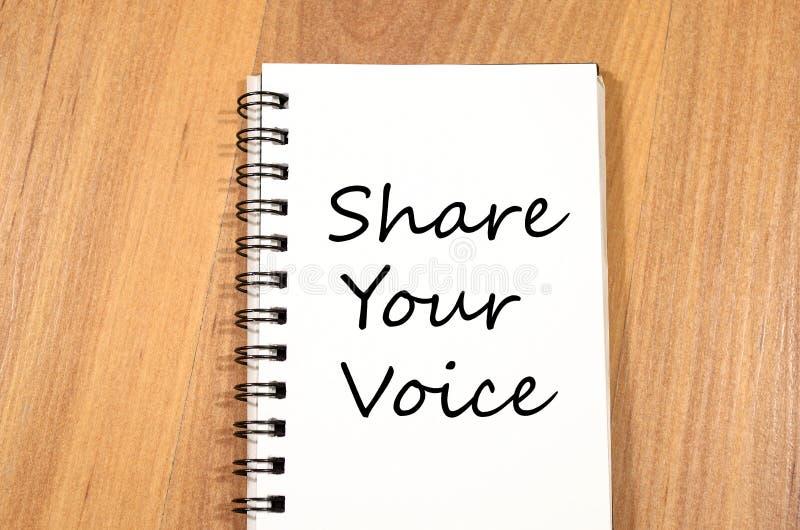 Comparta su voz escriben en el cuaderno imagen de archivo