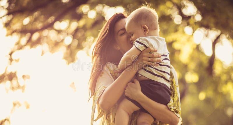Compartiendo amor y el donante de un beso fotos de archivo