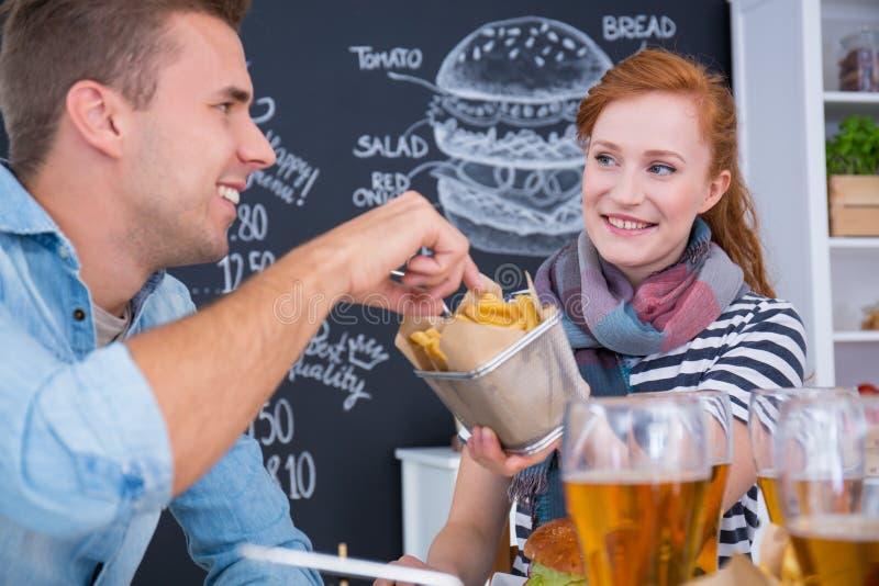 Compartilhando da comida lixo imagem de stock royalty free