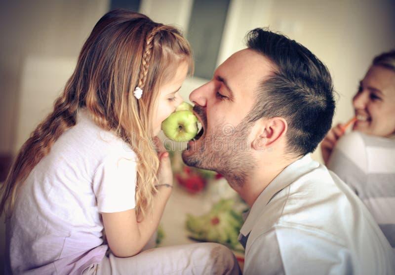 Compartilhando da maçã imagem de stock