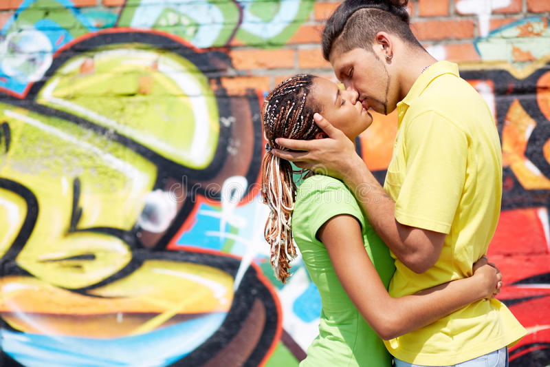 Compartilhando do beijo imagens de stock