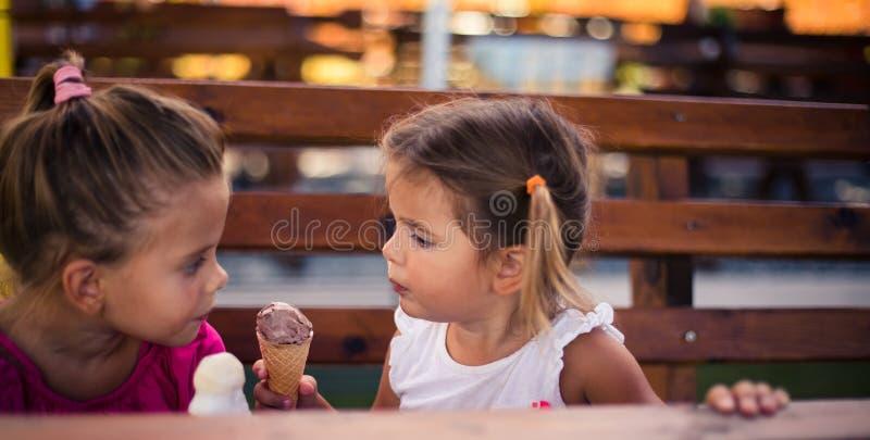 Compartilhar é uma característica agradável foto de stock