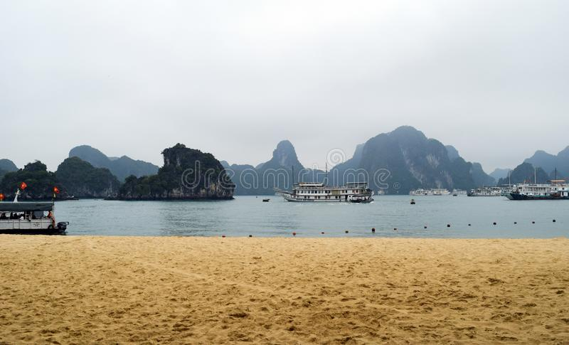 Compartiment de Halong au Vietnam Site de patrimoine mondial de l'UNESCO La plupart de vue populaire pour le voyage dans la baie  photos stock