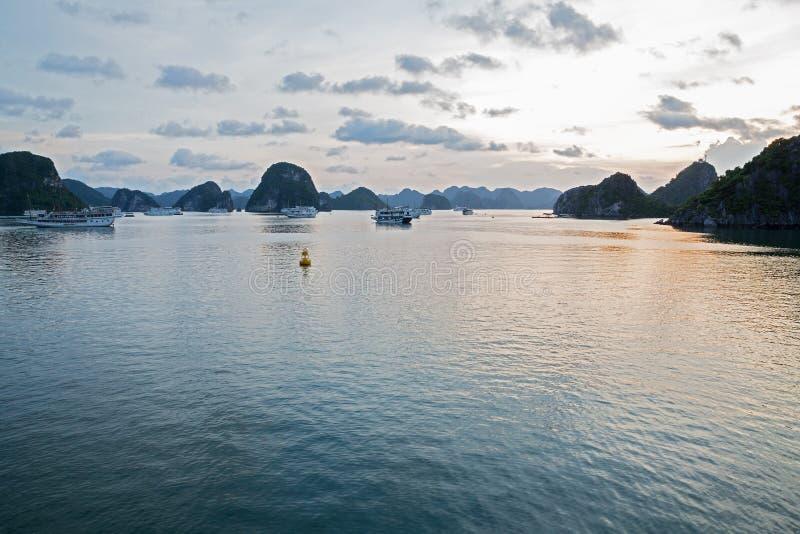 Compartiment de Halong par nuit, Vietnam image stock