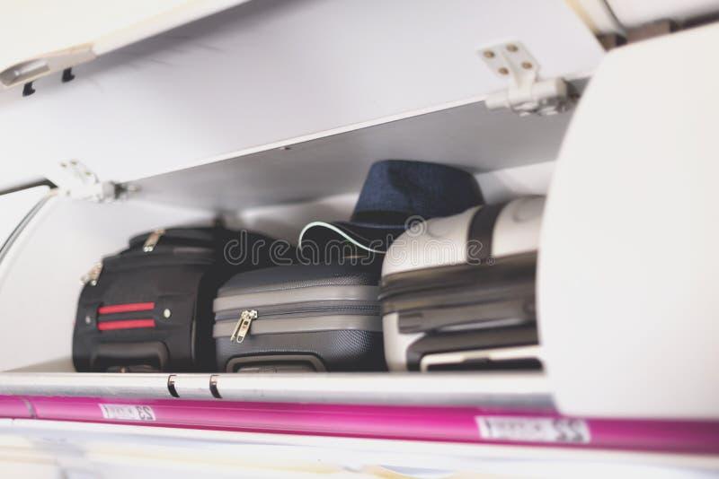 compartiment de Main-bagage avec des valises dans l'avion Bagage à main sur l'étagère supérieure de l'avion Concept de voyage ave photos libres de droits