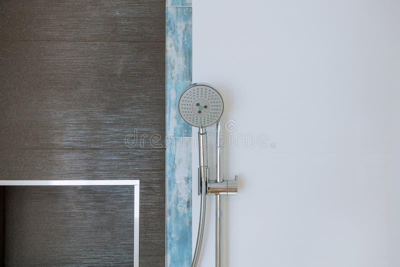Compartiment de pommeau de douche dans la salle de bains moderne photographie stock libre de droits