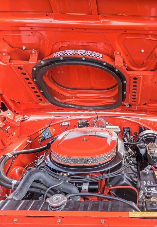 Compartiment du moteur Dodge Ramchargeur orange des années 1970 photo stock