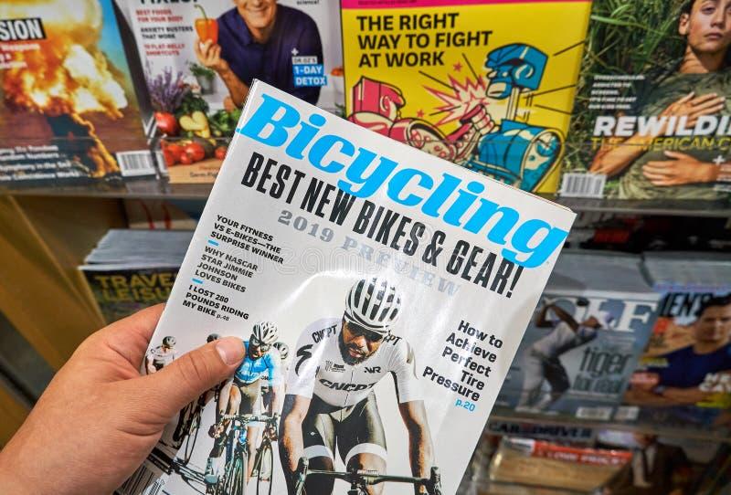 Compartimento Bicycling em uma mão fotos de stock royalty free