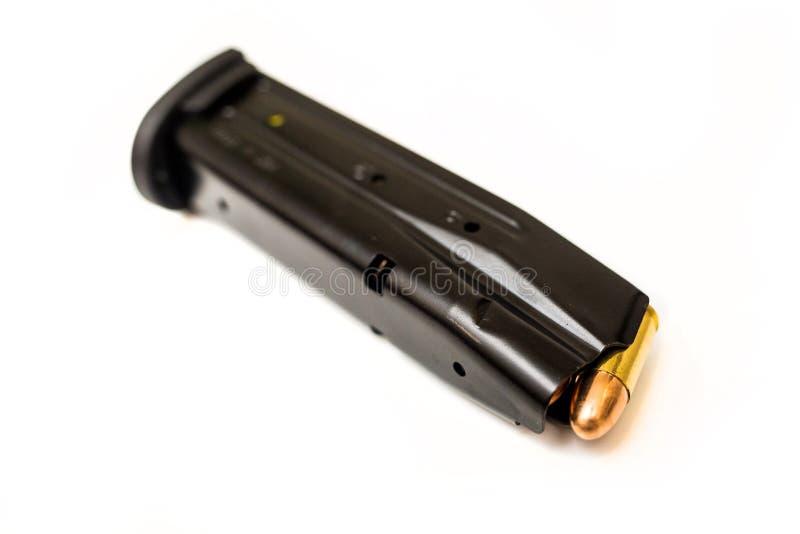 Compartimento carregado do revólver na superfície do branco imagem de stock