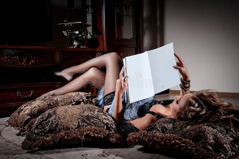 Compartimento da leitura da mulher nova imagens de stock royalty free