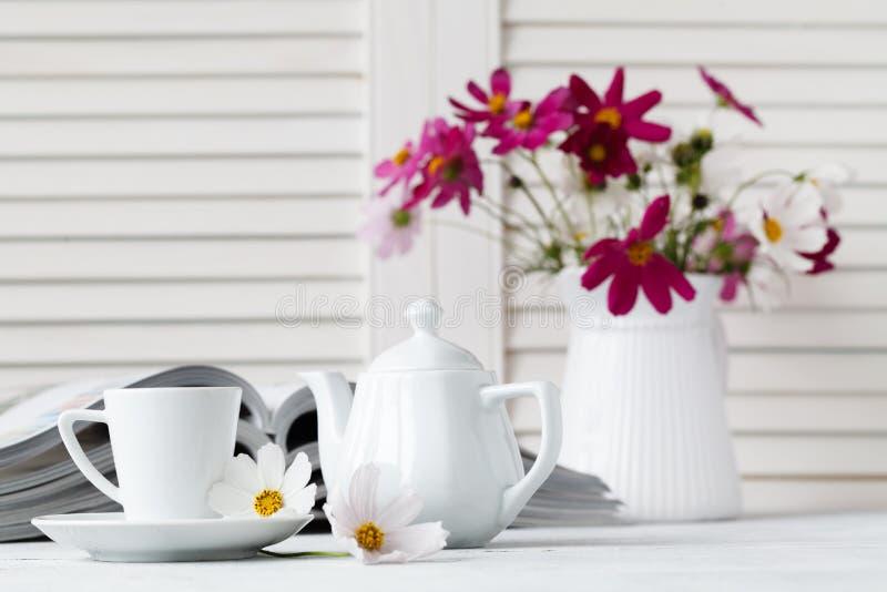 Compartimento da leitura e café da bebida na tabela de madeira imagens de stock