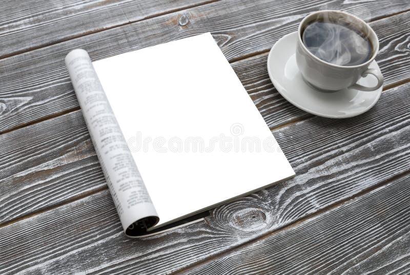 Compartimento do modelo na tabela de madeira Um copo do café quente fotos de stock royalty free