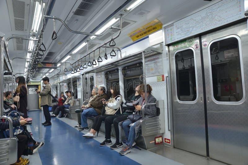 Compartimento do trem do metro de Coreia fotos de stock royalty free