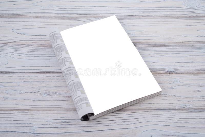 Compartimento ou catálogo do modelo na tabela de madeira Página vazia ou bloco de notas no fundo de madeira fotografia de stock