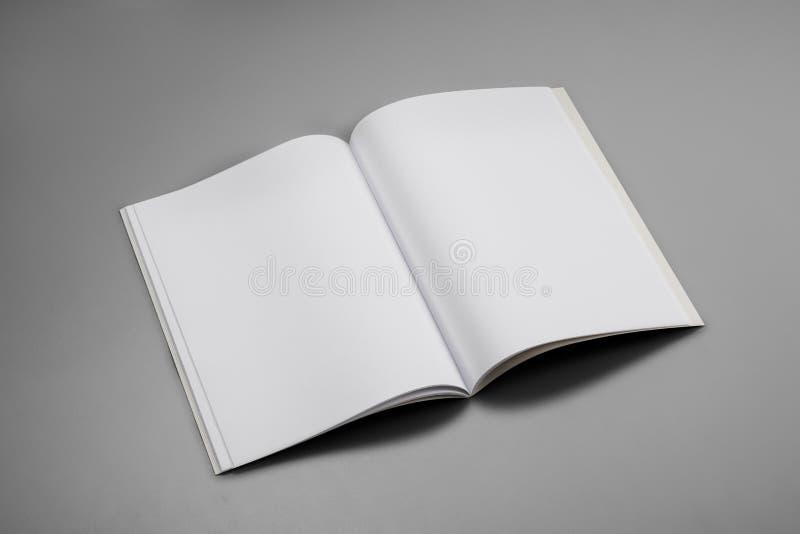 Compartimentos, livro ou catálogo do modelo no fundo cinzento da tabela fotografia de stock