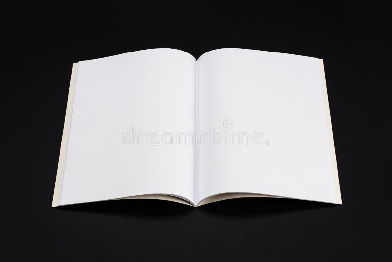 Compartimentos, livro ou catálogo do modelo no fundo preto da tabela foto de stock royalty free