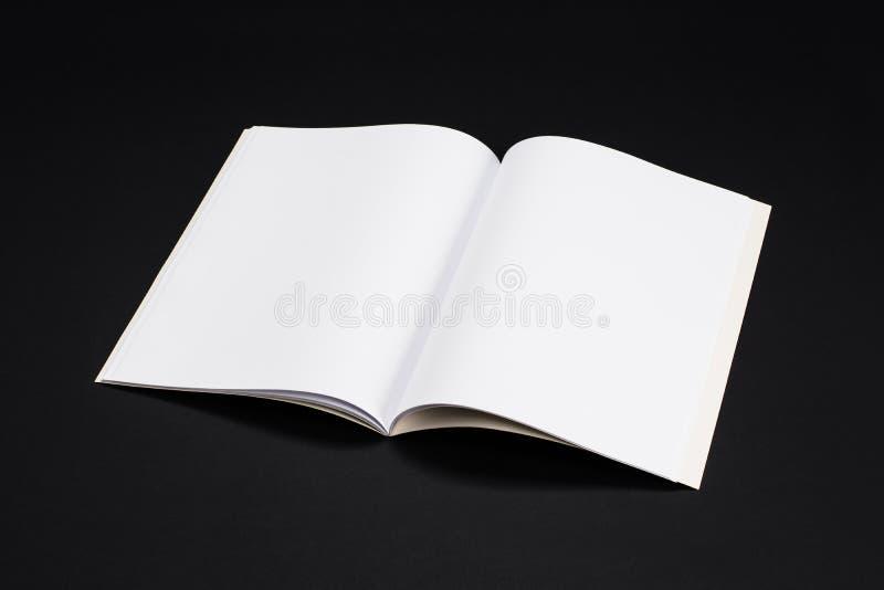 Compartimentos, livro ou catálogo do modelo no fundo preto da tabela imagens de stock royalty free