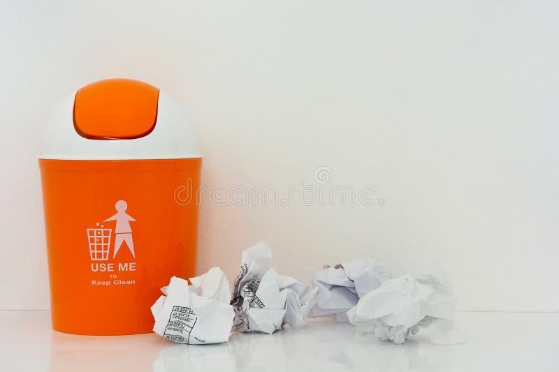 Compartimiento anaranjado con el papel arrugado foto de archivo