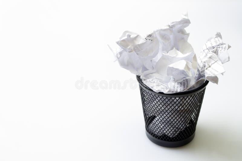 Compartimiento de basura con basura de los papeles imagen de archivo