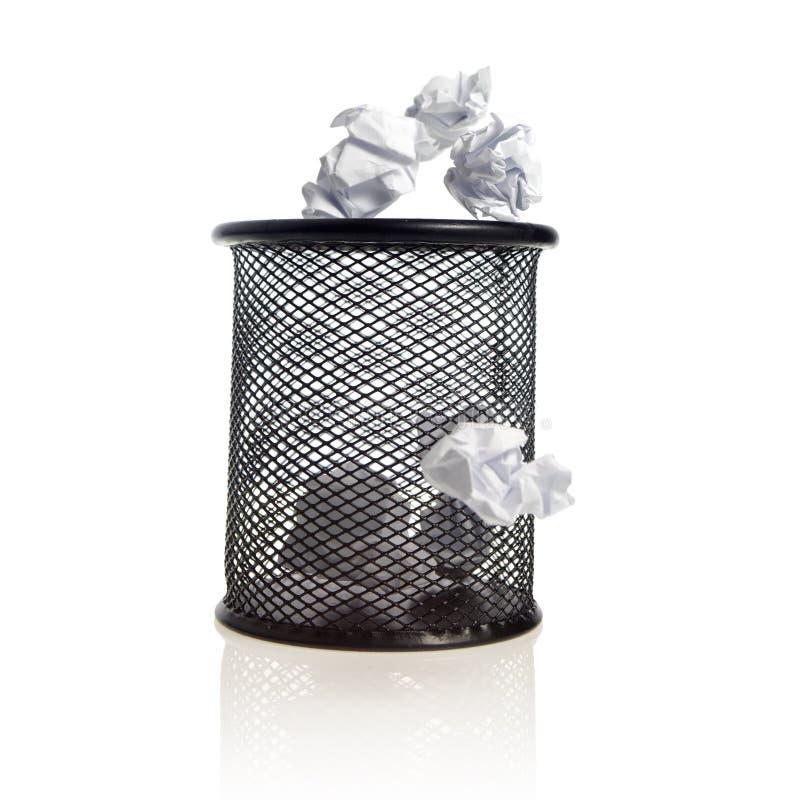 Compartimiento de basura con las bolas de papel fotos de archivo libres de regalías