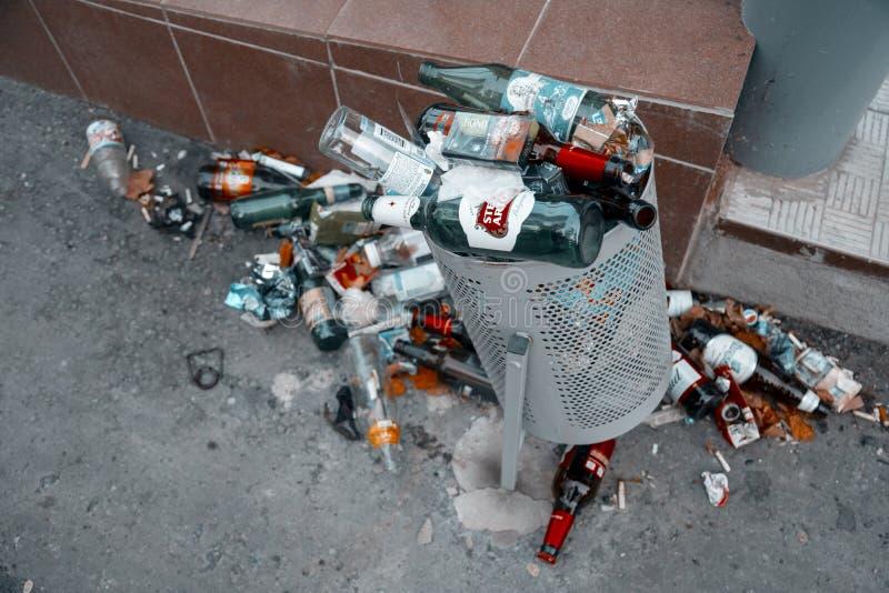 Compartimiento de basura por completo de la basura en calle de la ciudad imagen de archivo libre de regalías