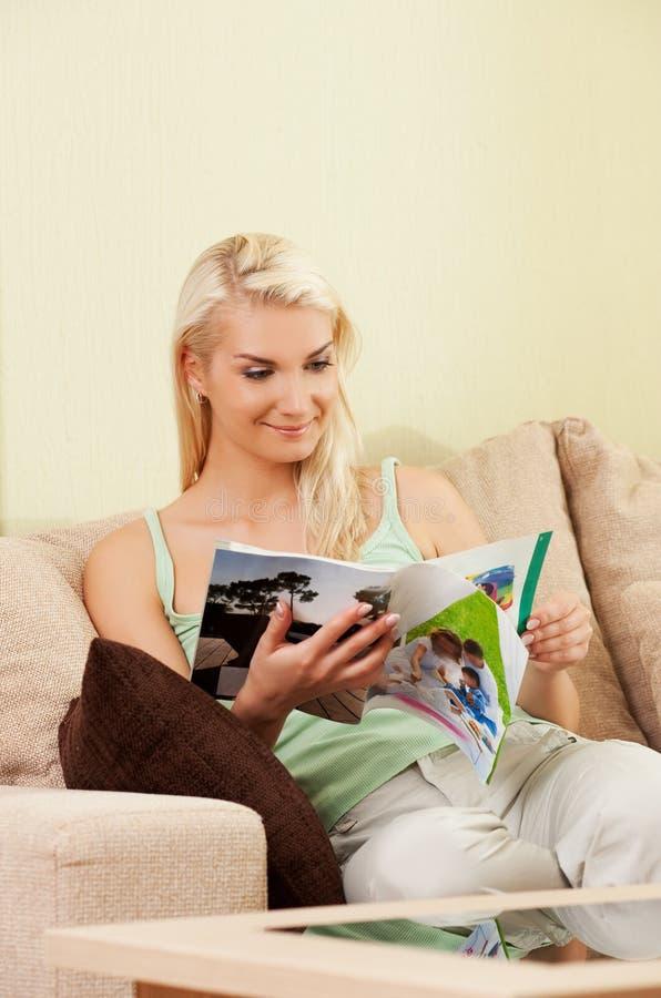 Compartimiento de la lectura de la mujer joven imagen de archivo