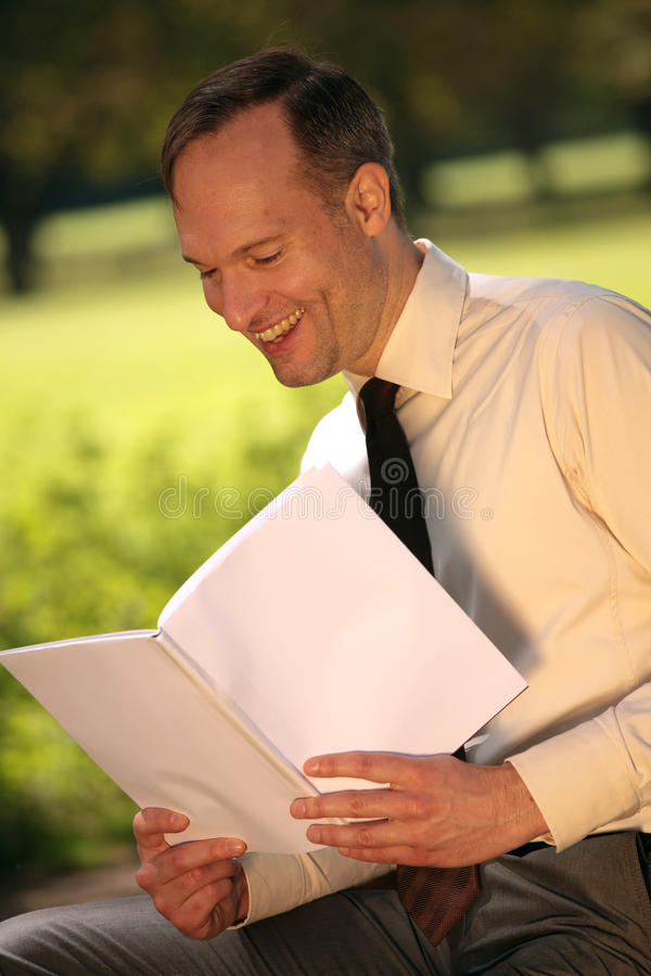 Compartimiento de la lectura del hombre de negocios imágenes de archivo libres de regalías
