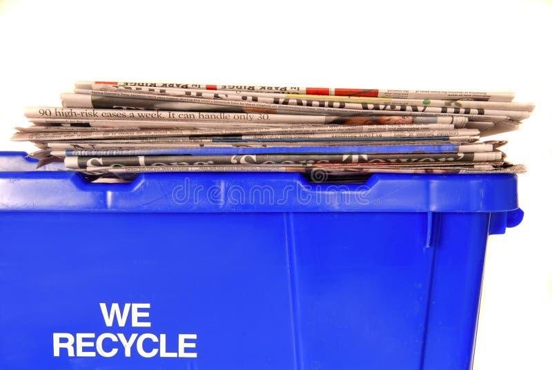 Compartimiento de reciclaje con los periódicos fotos de archivo