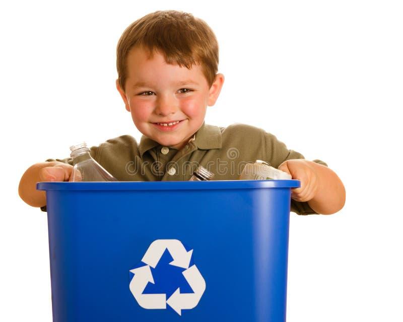 Compartimiento de reciclaje del niño que lleva foto de archivo libre de regalías