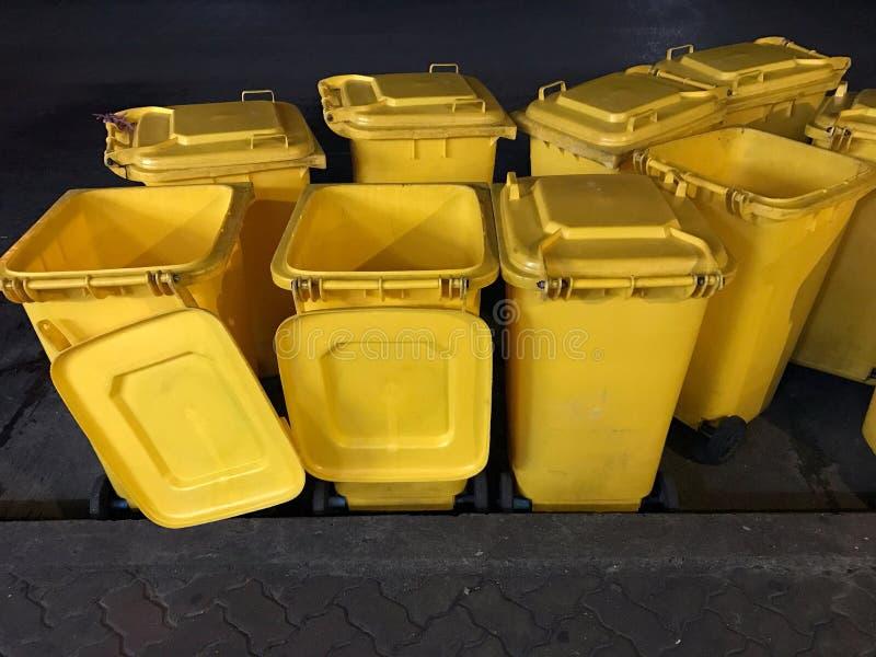 Compartimientos, compartimiento plástico para la descarga inútil, basura amarilla, amarillo de la basura del compartimiento mucho foto de archivo
